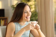 Café de relajación y de consumición de la muchacha pensativa feliz Fotos de archivo libres de regalías