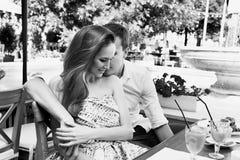 Café de relations d'amour de couples d'homme de femme heureux Photos stock