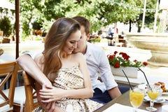 Café de relations d'amour de couples d'homme de femme heureux Photographie stock libre de droits