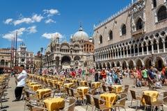 Café de rue au grand dos de repère de rue à Venise Photos stock