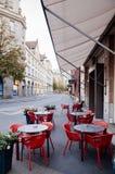 Café de rue avec les chaises rouges modernes dans la vieille ville Altstadt de Zurich photos libres de droits