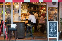 Café de rue dans Ikebukero, Tokyo image stock