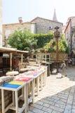 Café de rue dans le vieux Budva, Monténégro Images libres de droits