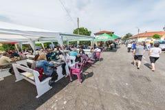 Café de rue dans le village de Bulgari aux jeux de Nestenar, Bulgarie Image libre de droits