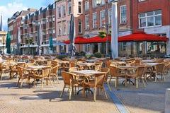 Café de rue sur le grand dos dans Gorinchem. image stock