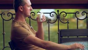 Café de tabagisme et potable d'homme à un restaurant banque de vidéos