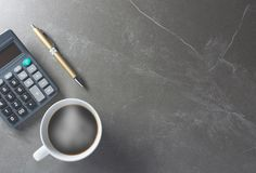 Café de table de bureau de vue supérieure avec la calculatrice et le stylo Photos libres de droits