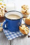 Café de tasse avec du lait et des petits pains Images libres de droits