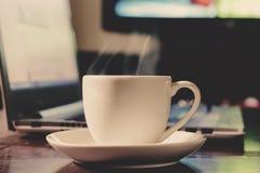 Café de tasse avec l'ordinateur portable Photos libres de droits