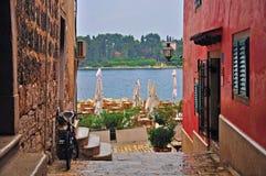 Café de terrasse à la mer images stock