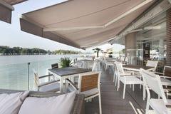 Café de terrasse de rive pendant le matin photographie stock libre de droits