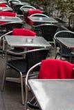 Café de trottoir avec les chaises en osier en plastique Photographie stock
