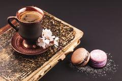 Café de vintage avec la fleur et les macarons Images stock