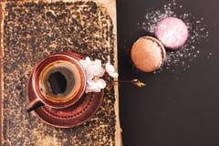 Café de vintage avec la fleur et les macarons Photos libres de droits