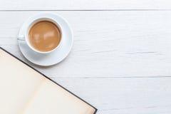 Café de vue supérieure et livre vide sur la table en bois blanche Images libres de droits
