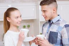 Café debout et potable de jeunes couples Photographie stock