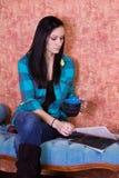 Café del adolescente y compartimiento de consumición de la lectura Imagen de archivo