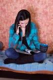 Café del adolescente y compartimiento de consumición de la lectura Foto de archivo libre de regalías