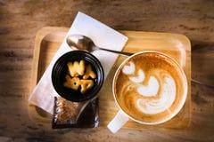 Café del arte del Latte con la galleta Fotografía de archivo libre de regalías