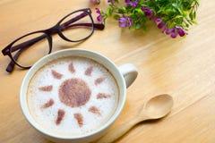 Café del arte del Latte en diseño del sol foto de archivo