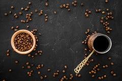 Café del brebaje en pote del café turco Copyspace negro de la opinión superior del fondo Imagen de archivo libre de regalías