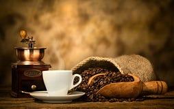Café del café express con la amoladora de café vieja Imágenes de archivo libres de regalías