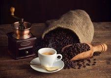 Café del café express con la amoladora de café vieja Fotos de archivo libres de regalías