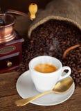 Café del café express con la amoladora de café vieja Imagen de archivo