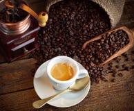 Café del café express con la amoladora de café vieja Imagen de archivo libre de regalías