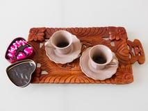 Café del café express con los chocolates en forma de corazón Imagen de archivo libre de regalías