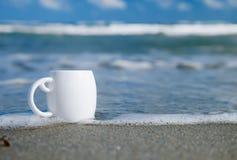 Café del café express en la taza blanca con las ondas de océano Foto de archivo