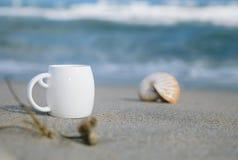 Café del café express en la taza blanca con las ondas de océano Fotos de archivo libres de regalías