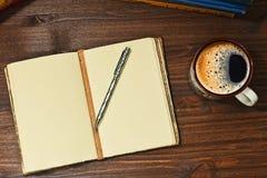 Café del café express y libreta abierta Fotos de archivo