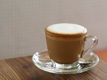 Café del capuchino con la burbuja fina completa poner crema poco polvo de cacao foto de archivo libre de regalías