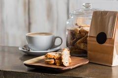 Café del capuchino con las galletas de la nuez Imagen de archivo