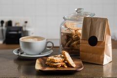 Café del capuchino con las galletas de la nuez Imagen de archivo libre de regalías