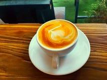 Café del capuchino de la visión superior en una taza blanca fotografía de archivo