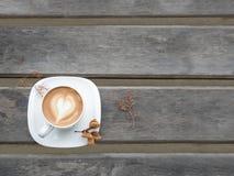 Café del capuchino en la taza blanca en la tabla de madera gris Fotografía de archivo libre de regalías