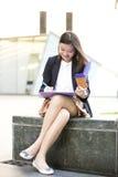Café del ejecutivo de sexo femenino asiático joven y fichero de tenencia de consumición Foto de archivo