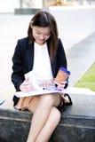 Café del ejecutivo de sexo femenino asiático joven y fichero de tenencia de consumición Imagen de archivo