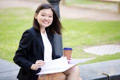 Café del ejecutivo de sexo femenino asiático joven y fichero de tenencia de consumición Fotos de archivo