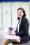 Café del ejecutivo de sexo femenino asiático joven y fichero de tenencia de consumición Fotografía de archivo libre de regalías