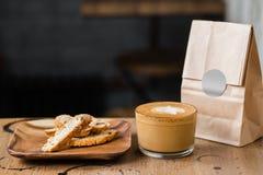 Café del flatwhite del capuchino con las galletas de la nuez Foto de archivo libre de regalías