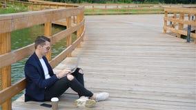 Café del hombre urbano joven feliz de trabajo y de consumición en ciudad europea al aire libre almacen de video