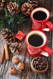 Café del invierno para dos, granos de café, conos del pino y decoraciones del árbol del Año Nuevo Imagenes de archivo