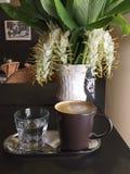 Café del Latte con la flor en florero Fotos de archivo