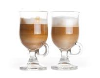 Café del Latte, dos tazas de cristal con las manijas en blanco Foto de archivo libre de regalías