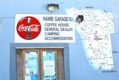 Café del letrero, acampando, alojamiento, mapa en Aus, Namibia Imágenes de archivo libres de regalías