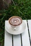 Café del modelo del diseño en una taza blanca Imágenes de archivo libres de regalías