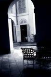 Café del patio bajo un arco imágenes de archivo libres de regalías